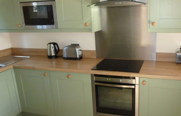 Should i choose splashbacks or upstands diy kitchens advice - Splashback alternatives ...
