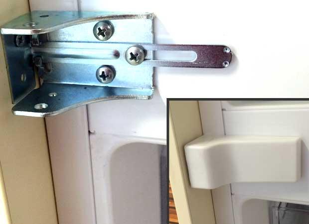 Middle support bracket integrated fridge freezer