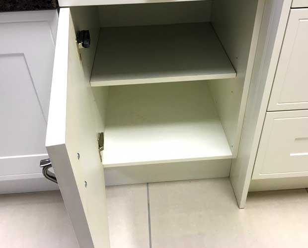 Left-hand door hinging kitchen unit